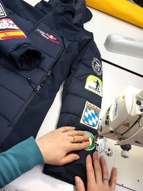 Cucitura patch ed etichette su divise.